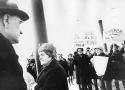 LKABs VD envojjen Lundberg möts av demonstrerande kvinnor i Malmberget 1970